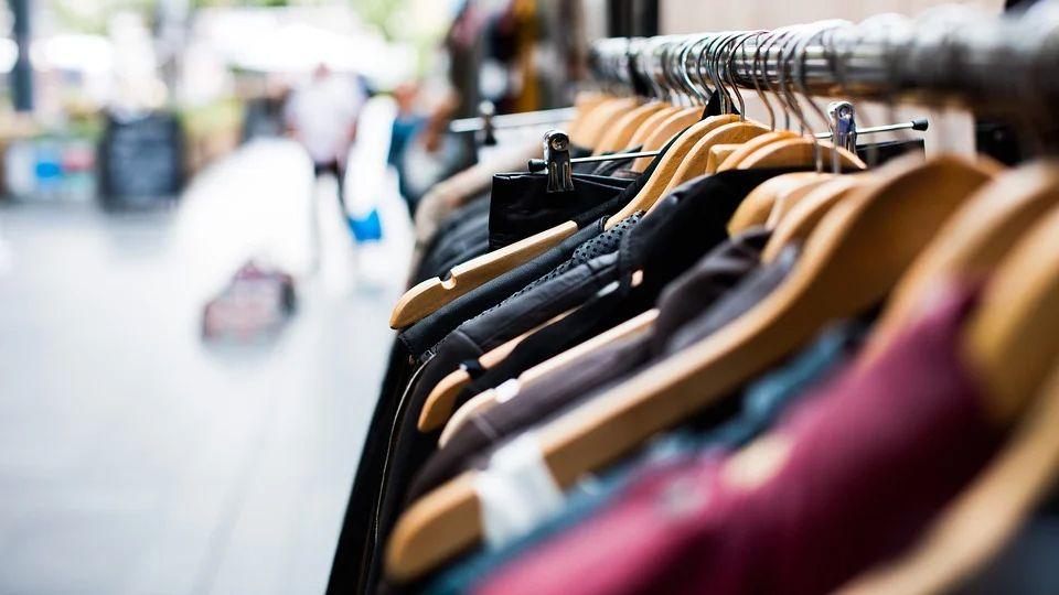 Одежда из трикотажа: из какого материала изготавливается и какими плюсами обладает
