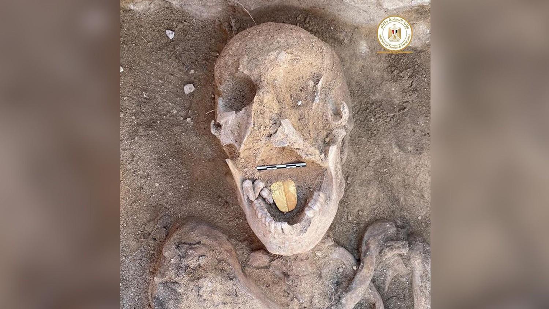 В Египте обнаружена 2000-летняя мумия с золотым языком: фото
