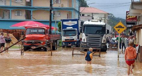 В Бразилии во время наводнения мужчину засосало в канализационный люк