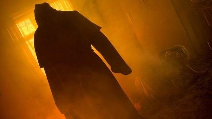 Призрак черного монаха прогоняет из дома всех мужчин