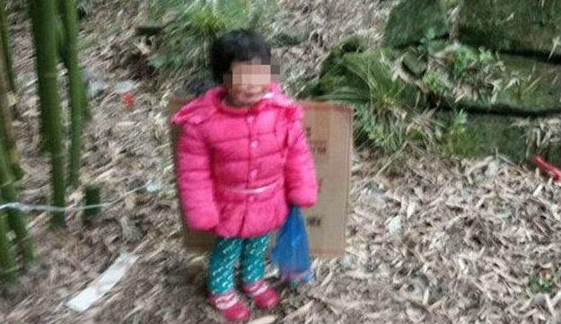 В Китае мужчина привязал свою двухлетнюю дочь на кладбище