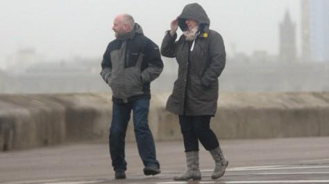Штормовой ветер вызвал транспортные коллапсы в Великобритании