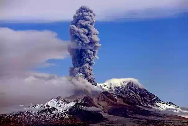 Вулкан Жупановский на Камчатке выбросил столб пепла и газ на высоту в 6 км