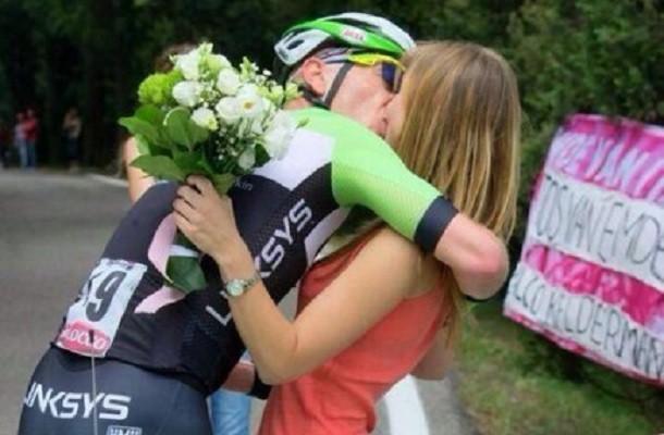 Велосипедист во время гонки сделал предложение девушке