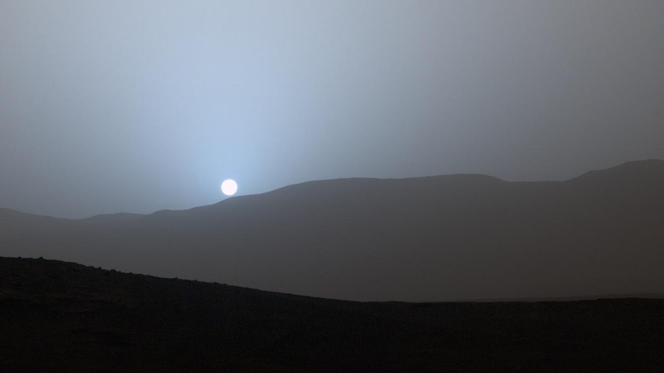 NASA обнародовало фото голубого заката на Марсе