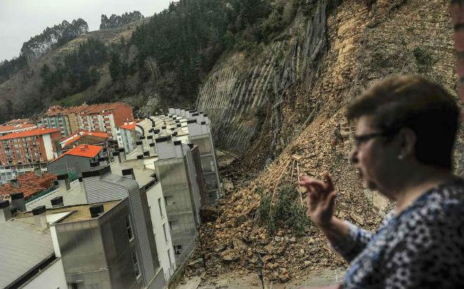 Оползень на севере Испании вынудил покинуть свои дома 180 человек