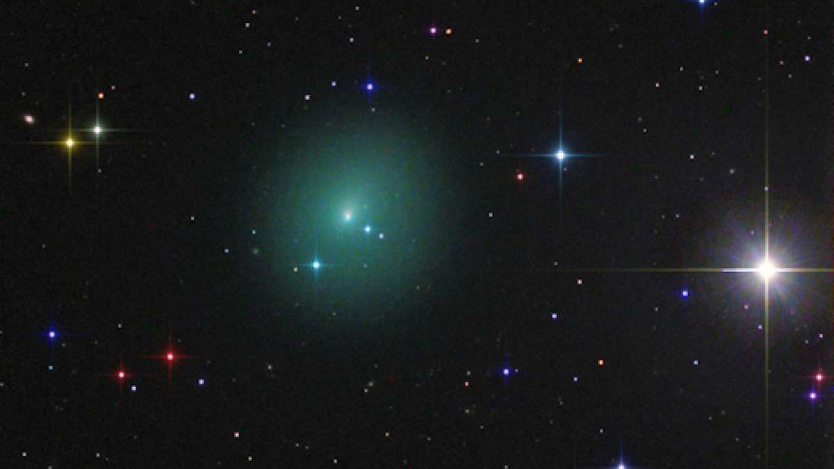 К Земле приближается зеленый шар размером с Юпитер