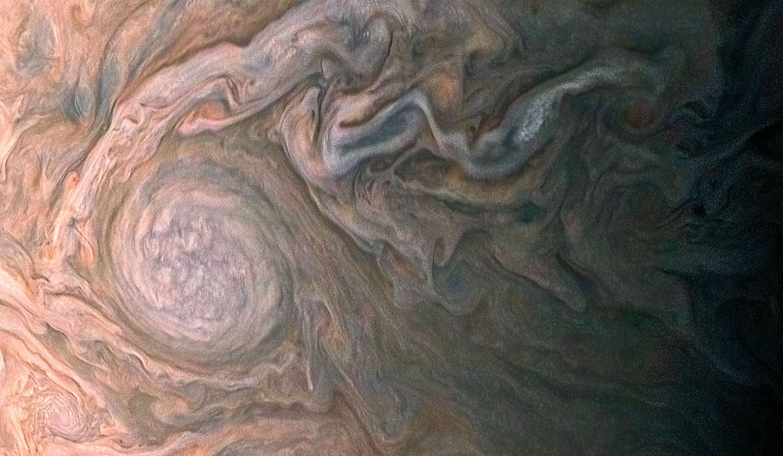 NASA разместило фотоснимки бури в атмосфере Юпитера