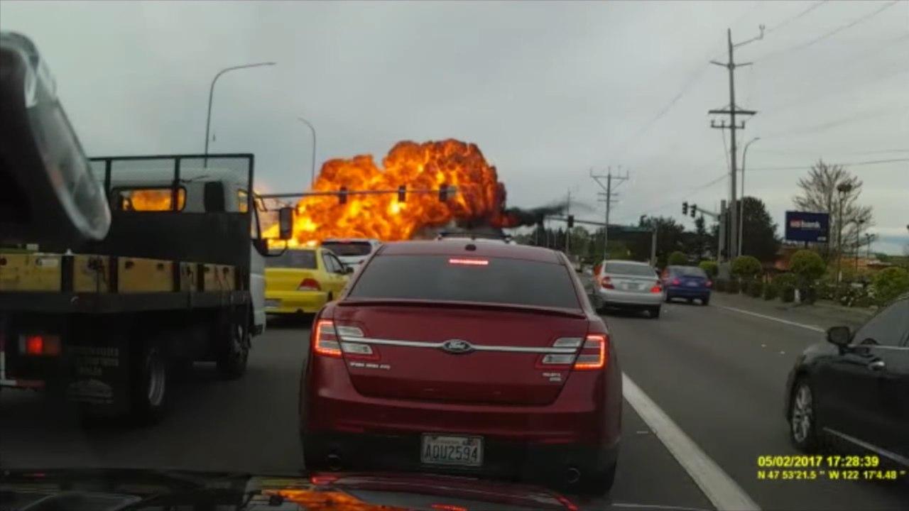 В сеть попало видео падения небольшого самолета в США