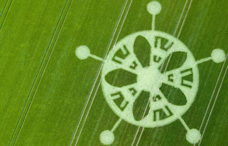 На поле возле Стоунхенджа появился странный рисунок