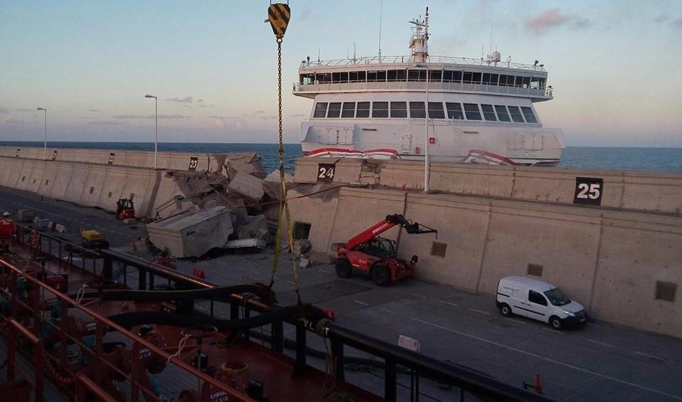 Испания – В порту Лас-Пальмас большой паром врезался в пристань