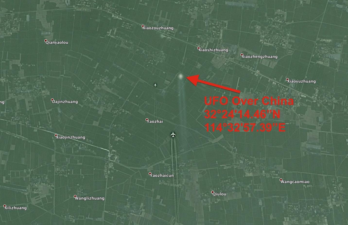 НЛО в сопровождении двух самолетов над Китаем