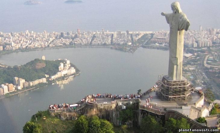 Молния разрушила часть пальца статуи Христа-Искупителя в Рио-де-Жанейро. Видео