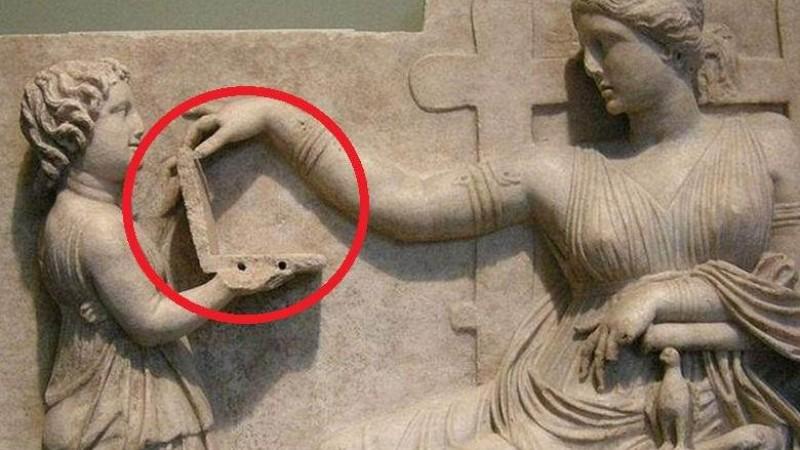 На древней статуе изображена девочка с ноутбуком