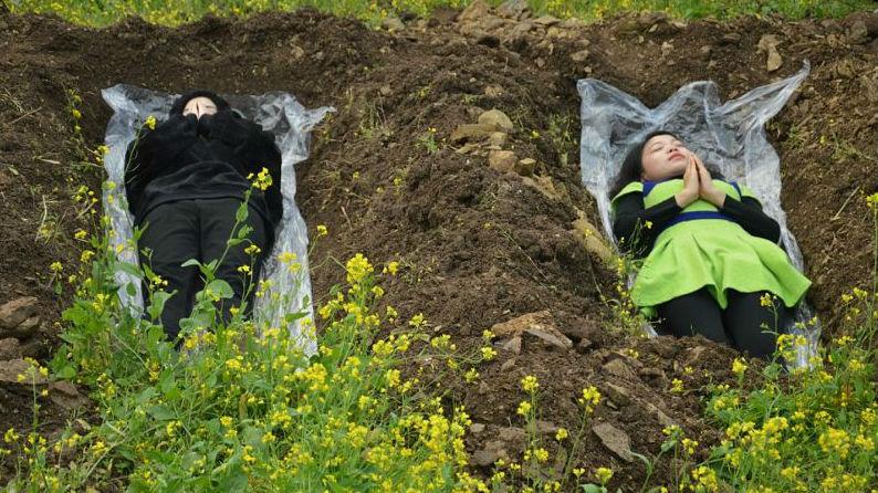 Китаянки ложатся в могилы, чтобы справиться с разводом