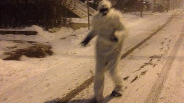 Бостон Йети бродит по заснеженным улицам