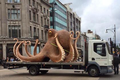 Грузовик с гигантским осьминогом из полистирола заблокировал движение в центре Лондона
