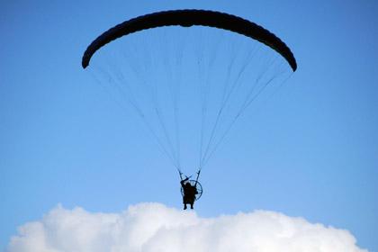 Родители заставили 11-месячного ребенка полетать на парашюте