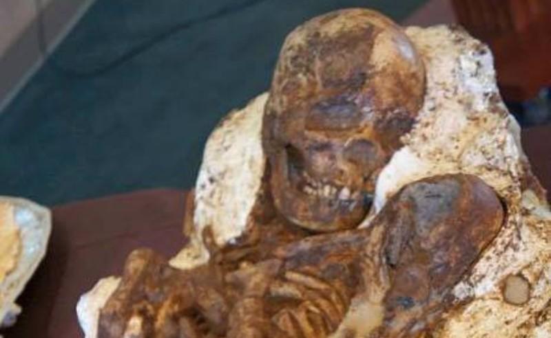 В Тайване обнаружена древняя окаменевшая женщина с ребенком на руках