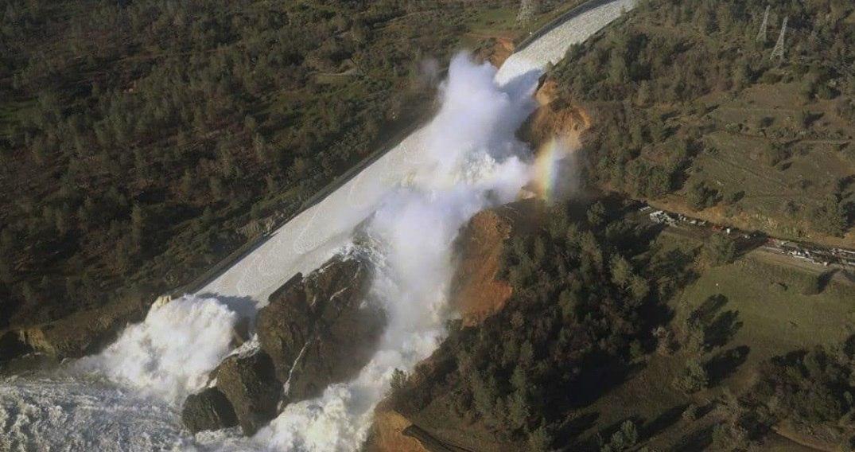 В США экстренно эвакуируют людей из-за разрушения самой большой в стране плотины