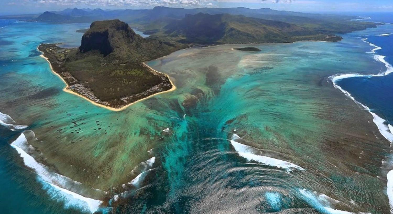 Настоящее чудо: подводный водопад на Маврикии