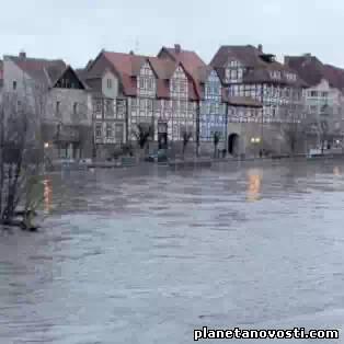 Темза вышла из берегов: Лондону угрожает затопление