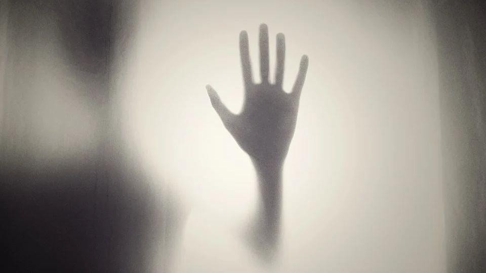 Мужчина после клинической смерти начал видеть странные темные фигурки