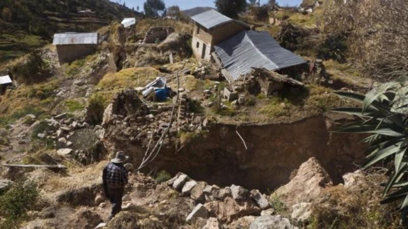 В Перу гигантские трещины поглощают города