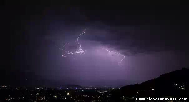 Частота ударов молний на Земле зависит от солнечной активности