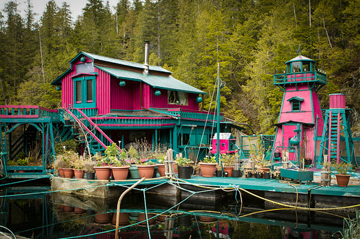 Канадская пара построила свой собственный остров и назвали его Бухтой Свободы