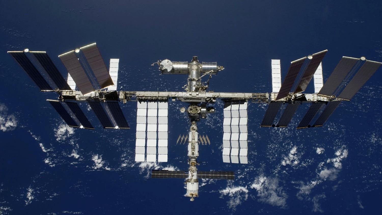 МКС обман? В иллюминаторе МКС в открытом космосе отразился человек в синей шапке