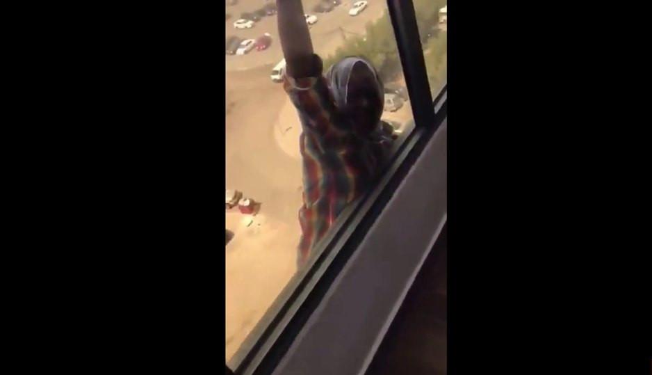 В Кувейте хозяйка спокойно снимала падение служанки из окна вместо помощи