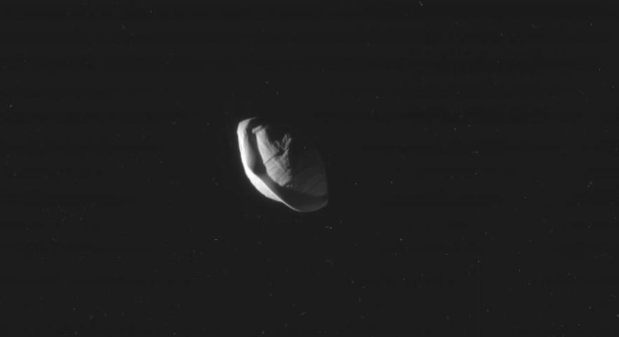 Один из спутников Сатурна выглядит как летающая тарелка