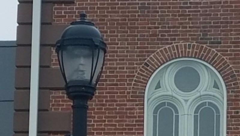 Мэр города Салема увидела лицо призрака в фонаре
