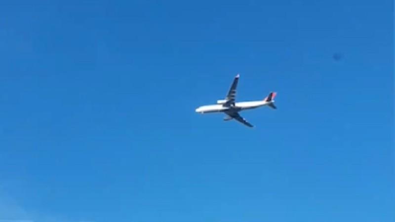 В Сети появилось видео, как в небе над Москвой завис самолет