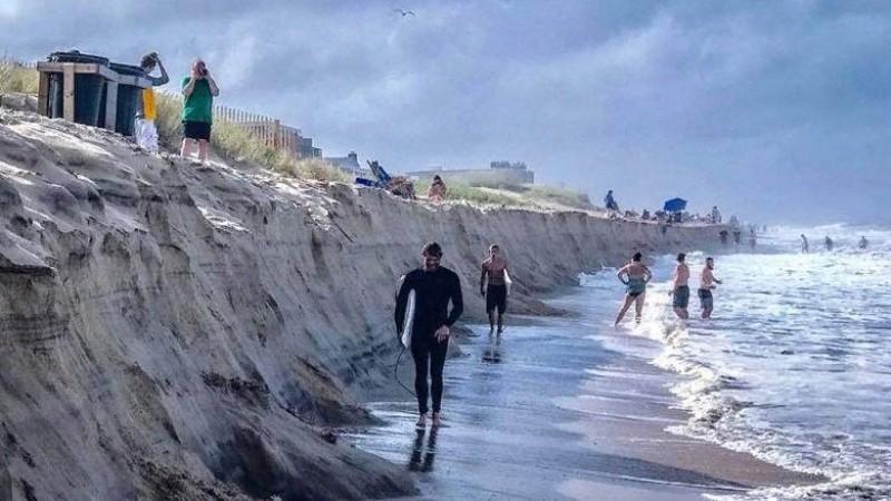 На американском пляже за одну ночь появилась трехметровая скала