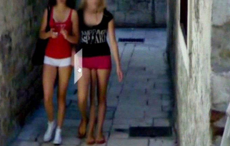 На панорамах Google заметили девушку с тремя ногами
