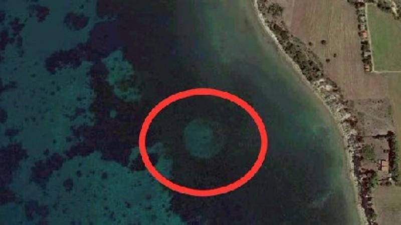 На дне греческого залива обнаружен странный объект