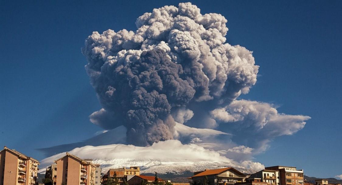 В результате извержения нового кратера Этны пострадали 10 человек