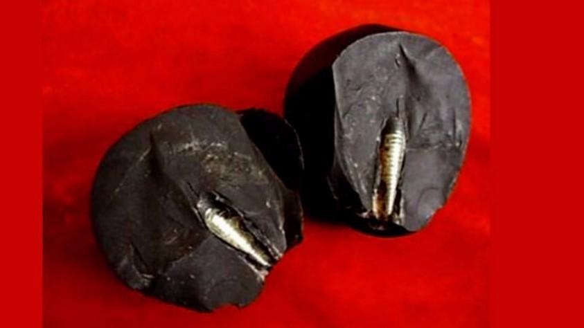 В Китае найден 300-тысячелетний камень с торчащим металлическим стержнем