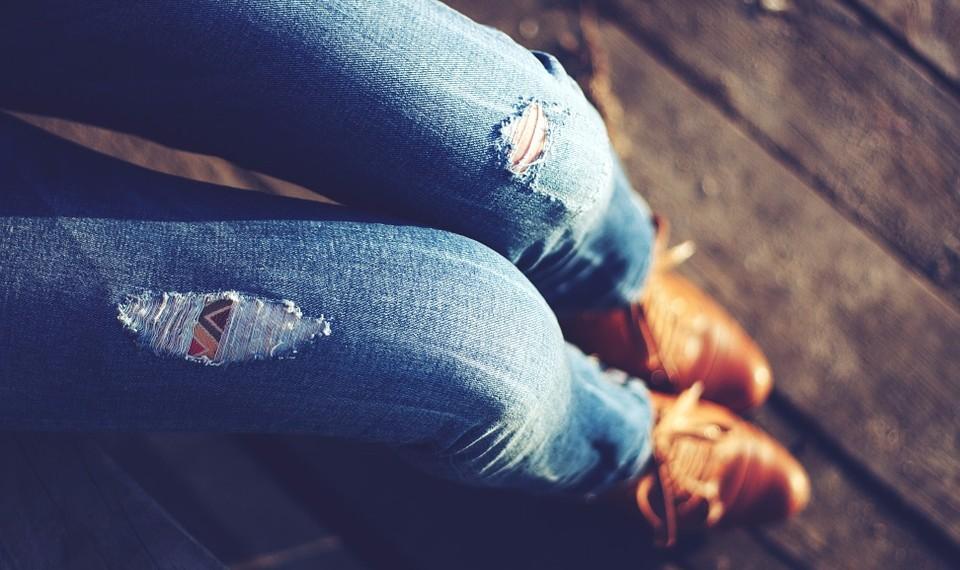 Как носить женские трендовые джинсы в 2017 году
