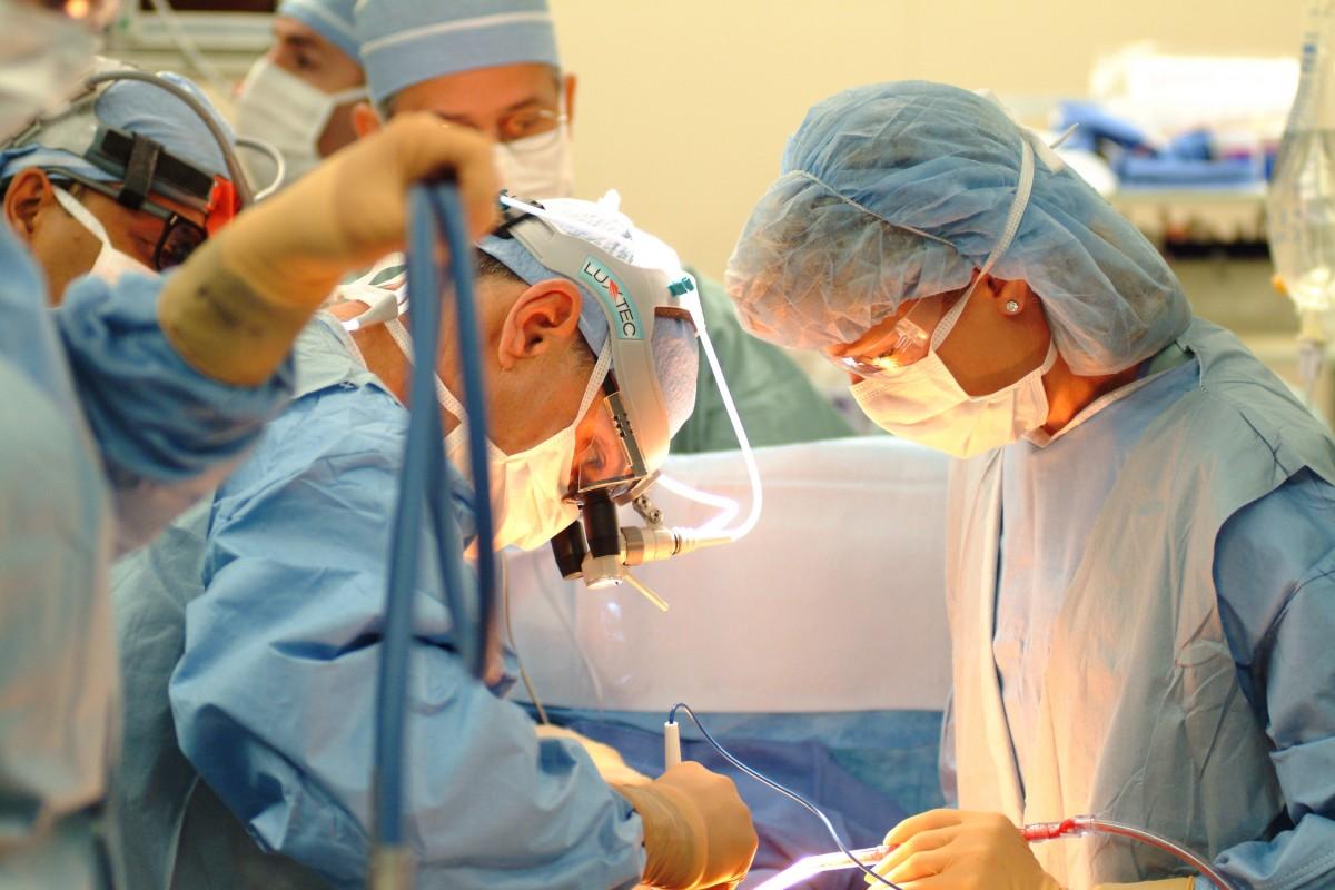Известная исполнительница пела во время операции на горле
