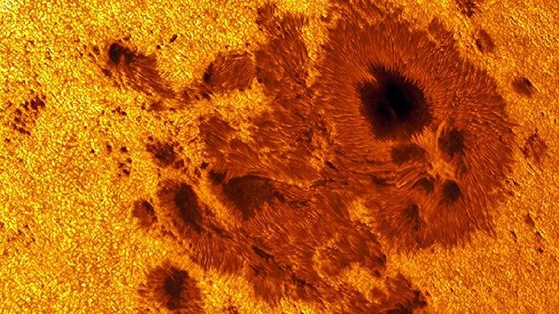 Большое солнечное пятно в одиннадцать раз большее чем Земля указывает на нас