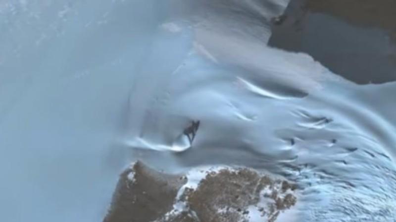 В Антарктиде обнаружили странный треугольный объект