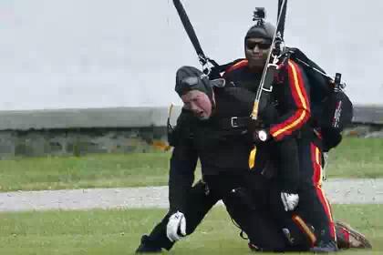 Джордж Буш-старший отметил свое 90-летие прыжком с парашютом
