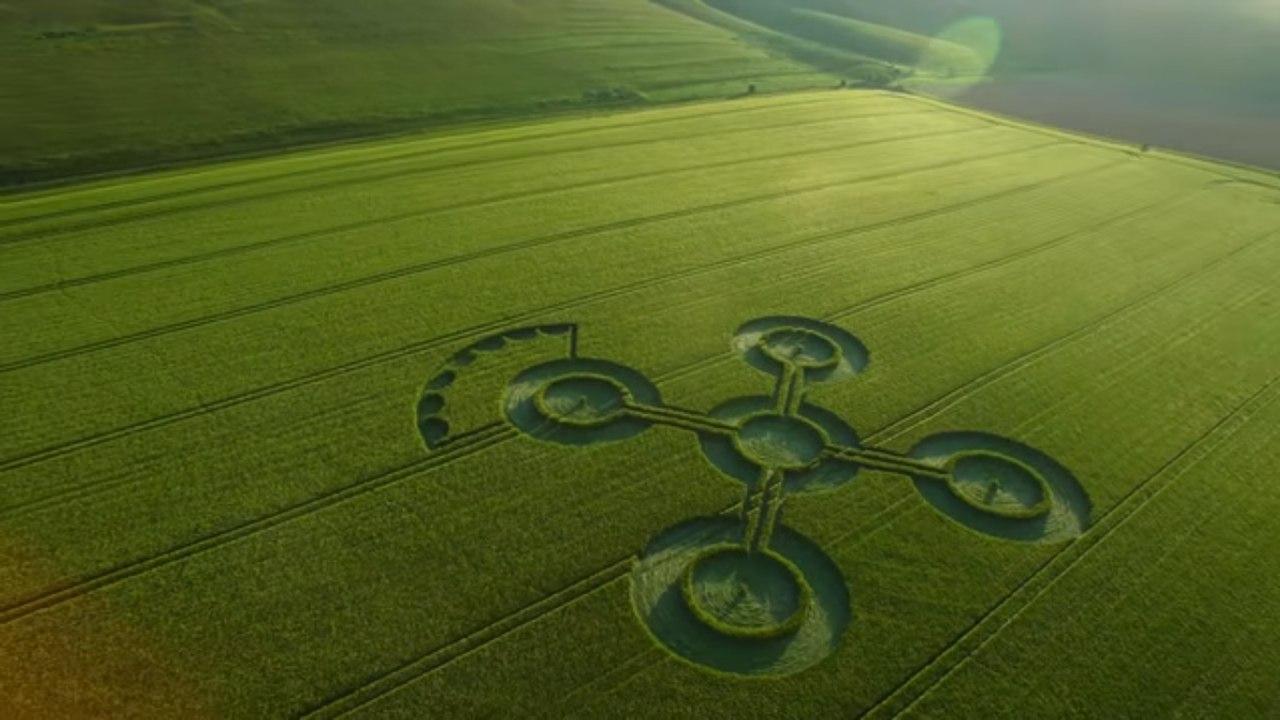 В Англии за неделю появились сразу четыре круга на полях