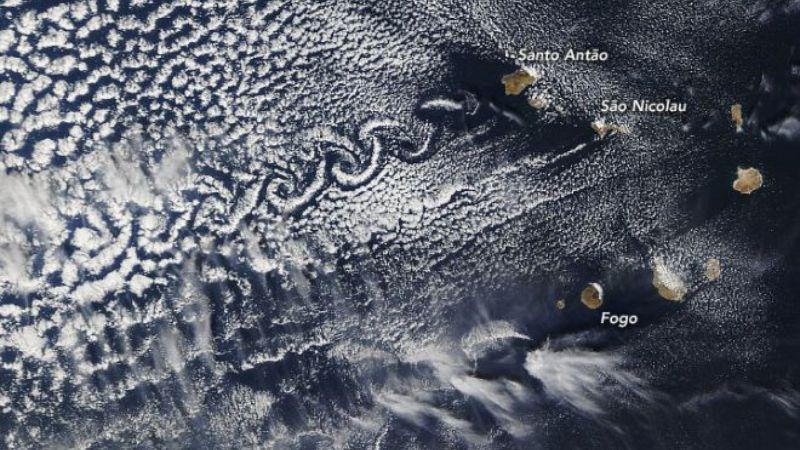 Над островами в Атлантике образовался необычный узор из облаков