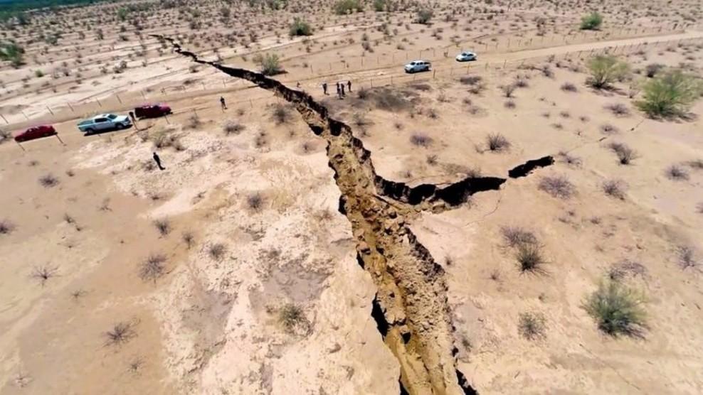 Земля раскалывается на глазах: ученые касательно разломов несут какой-то бред